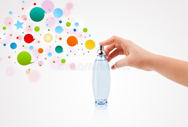 a mulher entrega bolhas coloridas de pulverização da garrafa de perfume bonita imagem de stock