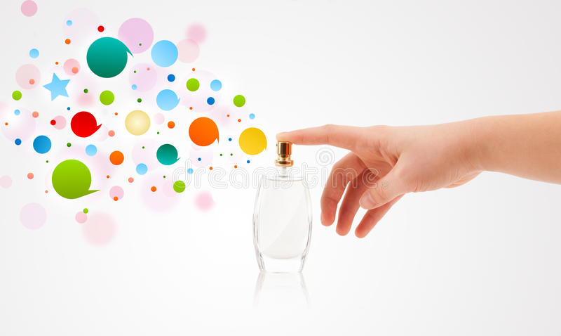 a mulher entrega bolhas coloridas de pulverização da garrafa de perfume bonita imagem de stock royalty free