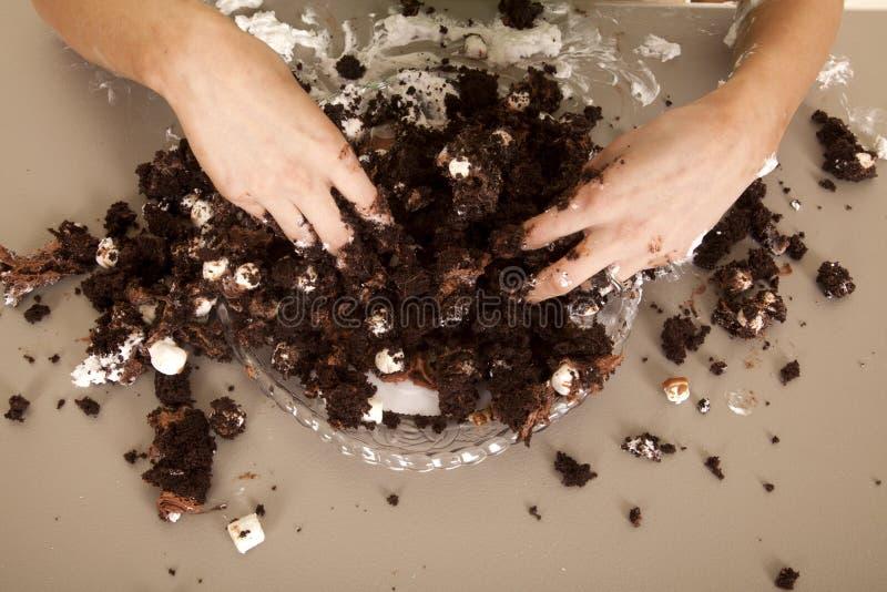 A mulher entrega desarrumado no bolo fotos de stock