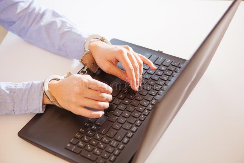 A mulher entrega fechado ao portátil pela corrente no teclado do caderno imagens de stock