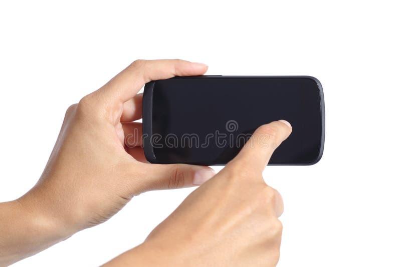A mulher entrega o toque da tela de um smartphone imagem de stock