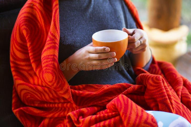 A mulher entrega prender uma chávena de café imagens de stock royalty free
