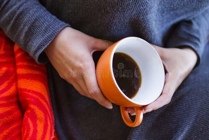 A mulher entrega prender uma chávena de café fotografia de stock