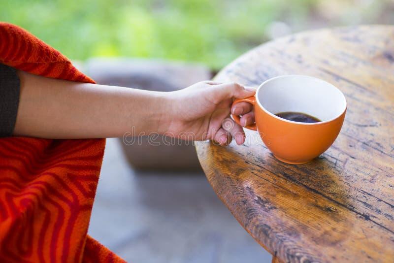 A mulher entrega prender uma chávena de café fotos de stock royalty free