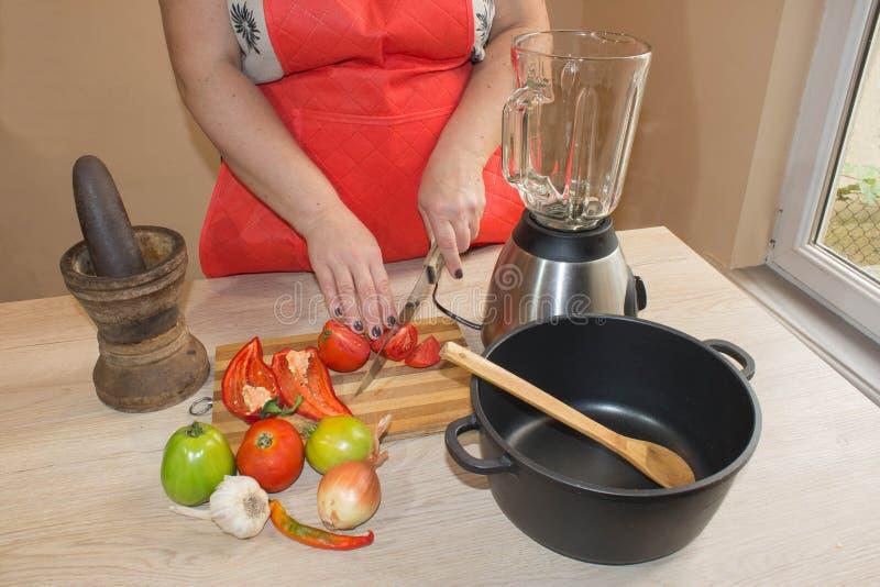 A mulher entrega vegetais do corte no quadro-negro da cozinha Alimento saudável Mulher que prepara vegetais foto de stock