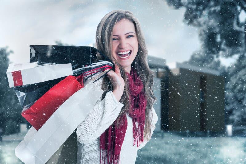 Mulher entusiástica feliz da compra em feriados de inverno fotos de stock royalty free