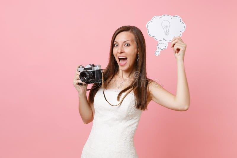 A mulher entusiasmado da noiva na câmera retro da foto do vintage da posse do vestido de casamento, diz a bolha do discurso da nu fotos de stock