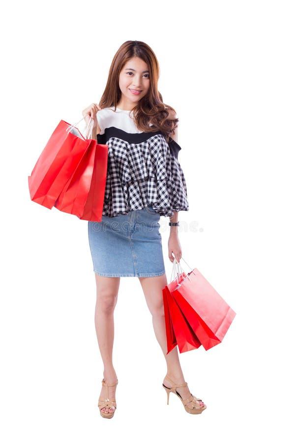 mulher entusiasmado feliz que está e que guarda sacos de compras imagens de stock