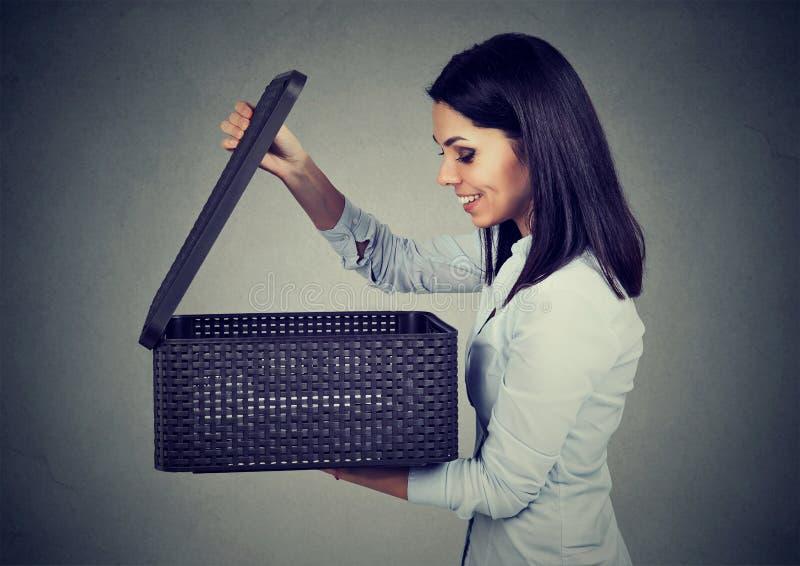 Mulher entusiasmado que abre uma caixa com uma surpresa foto de stock royalty free