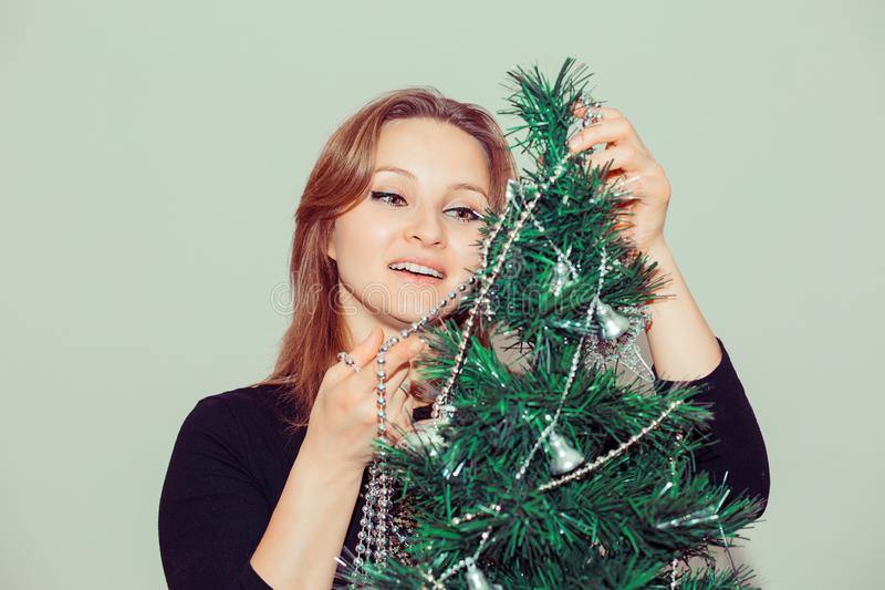 Mulher entusiasmado que decora a árvore de Natal imagem de stock royalty free