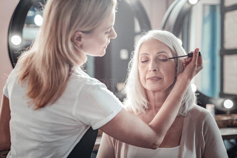 Mulher envelhecida agradável que fecha seus olhos foto de stock royalty free