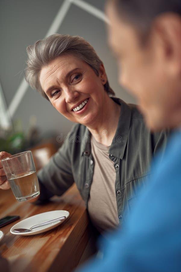Mulher envelhecida de sorriso feliz que olha a seu amigo fotos de stock royalty free