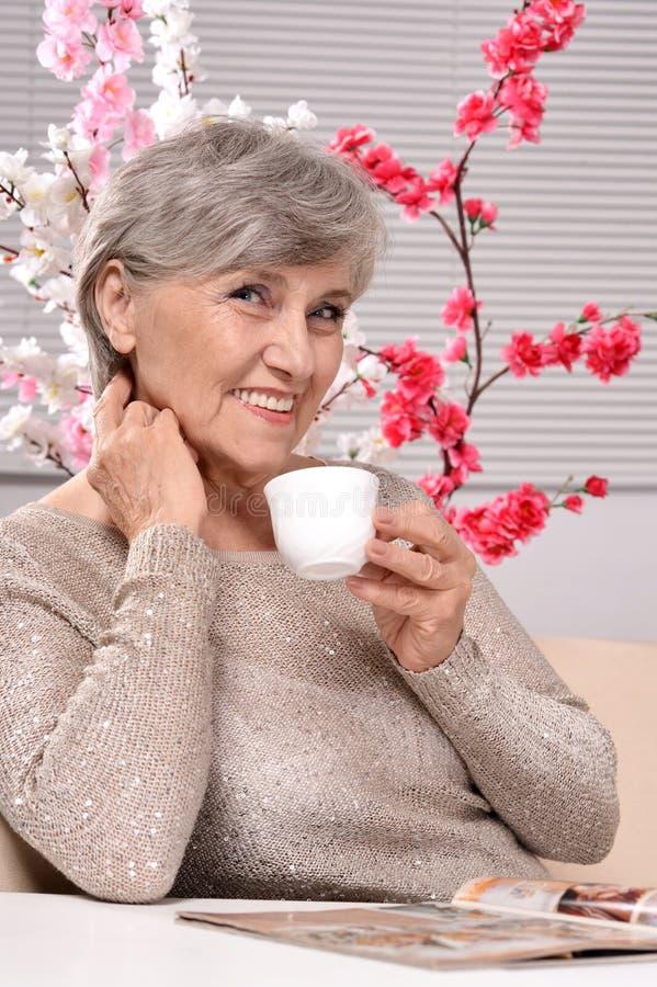 mulher envelhecida feliz foto de stock royalty free