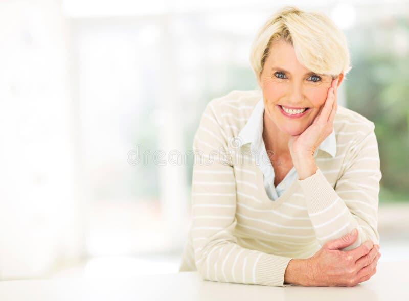 Mulher envelhecida média que relaxa fotos de stock