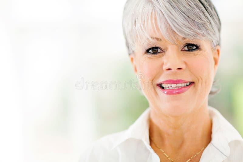Mulher envelhecida meio foto de stock
