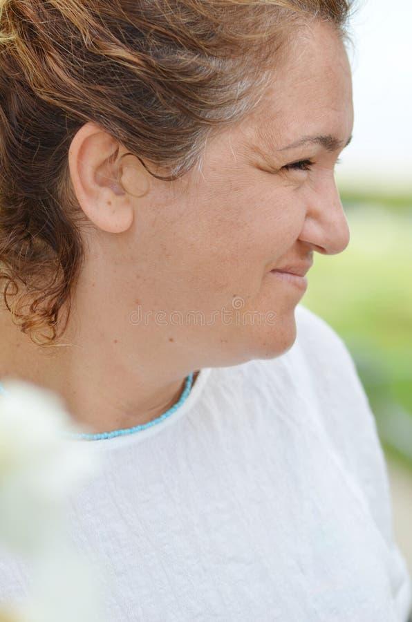 Mulher envelhecida meio de sorriso do retrato fotos de stock