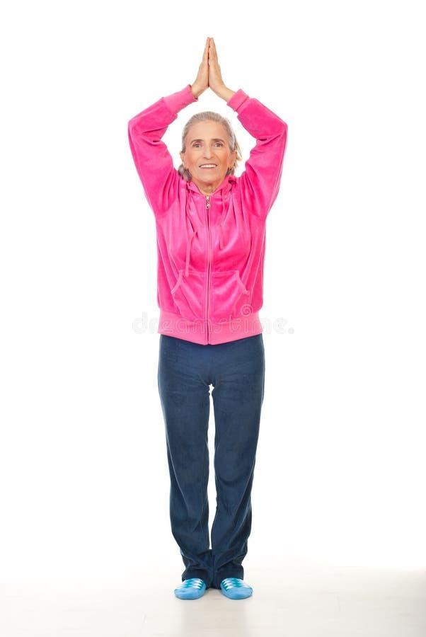 Mulher envelhecida que faz a ioga fotografia de stock royalty free