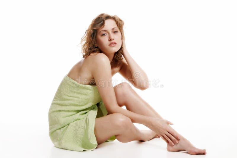Mulher envolvida em uma toalha foto de stock
