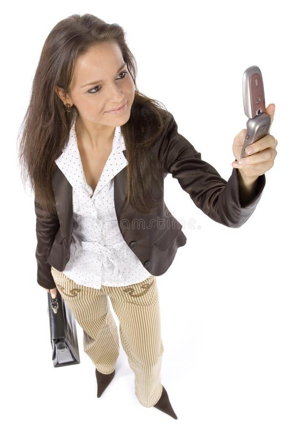 Mulher ereta com mala de viagem e móbil fotografia de stock