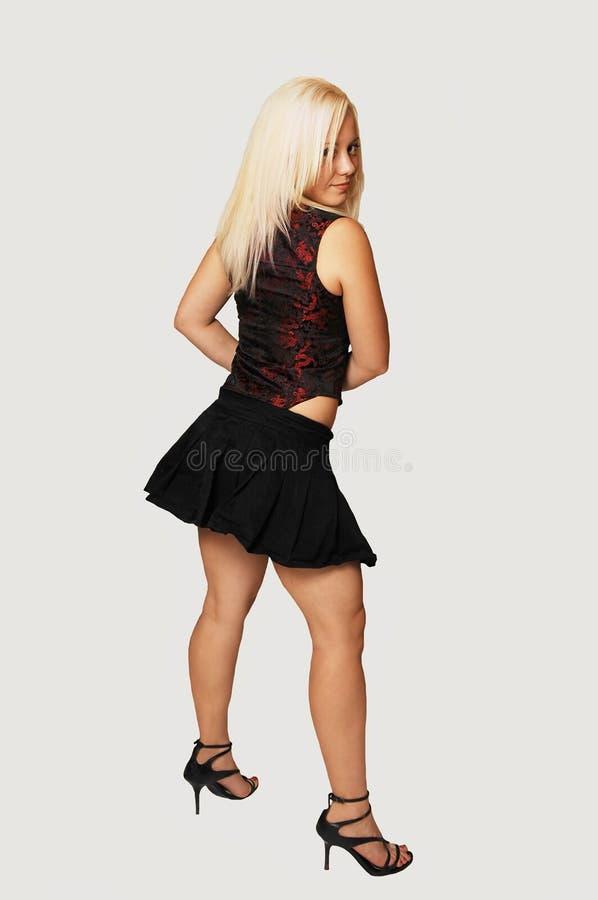 Mulher ereta na mini saia preta. fotos de stock