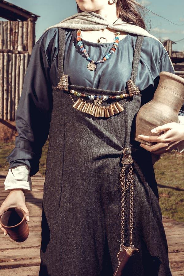 Mulher escandinava com frasco imagem de stock