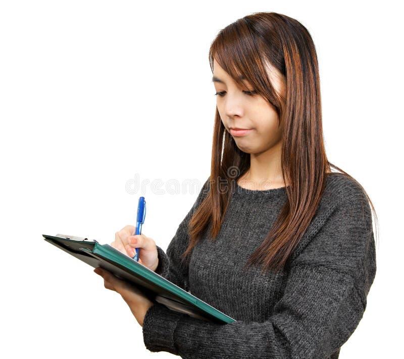 A mulher escreve o relatório imagens de stock