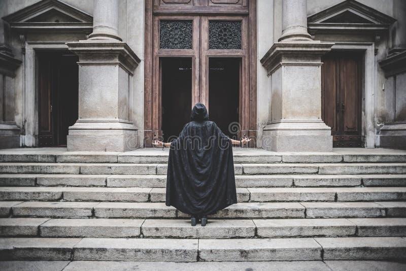 Mulher escura bonita do vampiro com envoltório e a capa pretos imagem de stock royalty free
