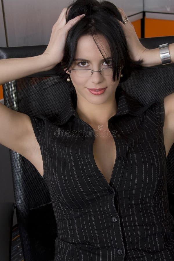 Mulher escura do terno foto de stock royalty free