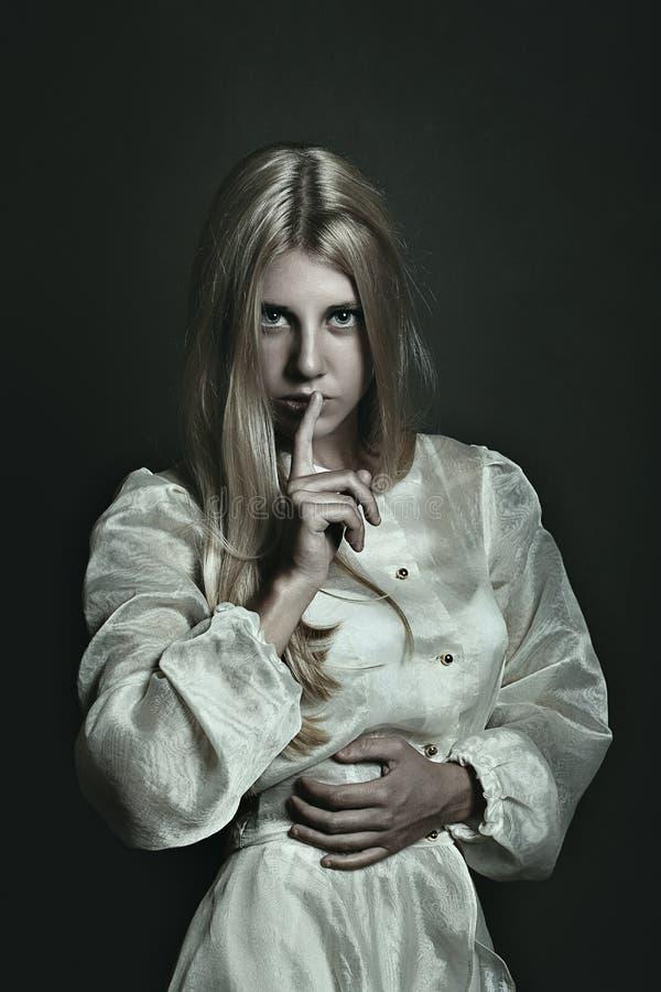 Mulher escura e gesto do silêncio foto de stock