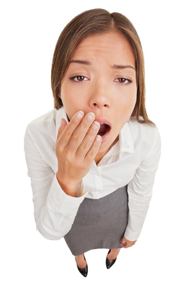 Mulher esgotada ou furada que boceja fotografia de stock