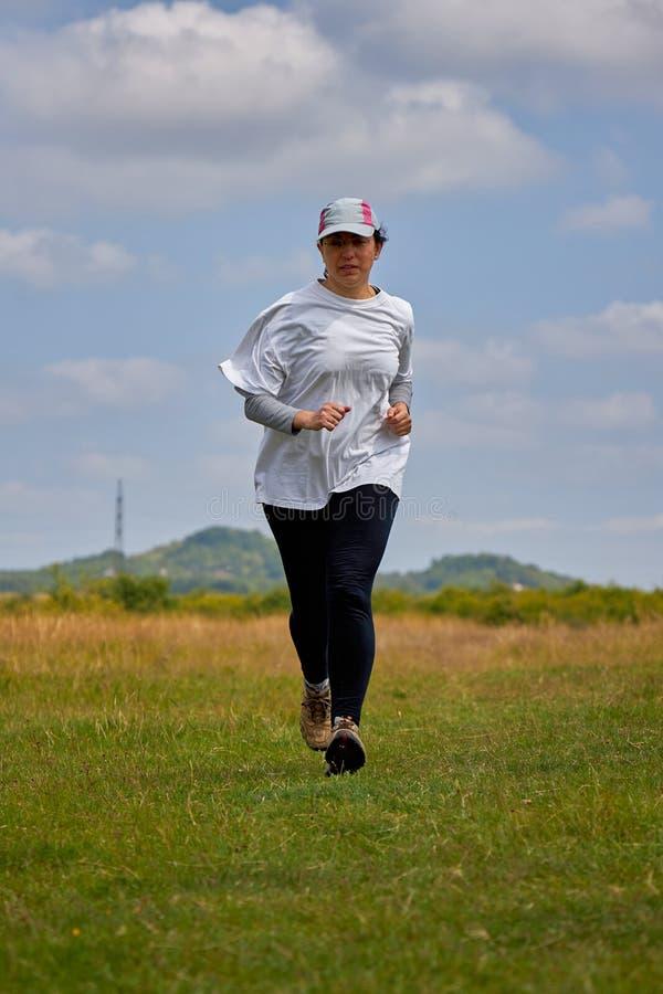 Mulher espanhola que corre no prado fotos de stock