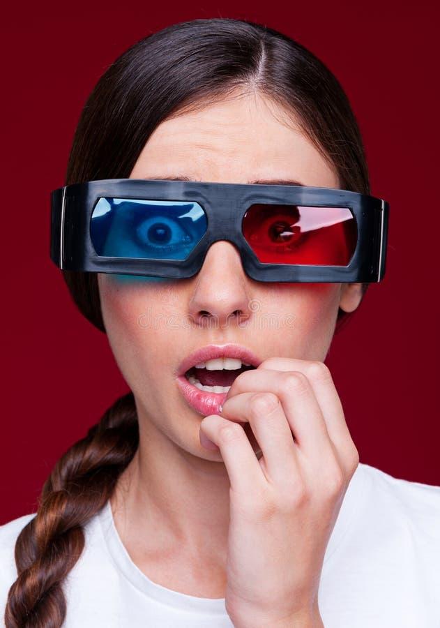 Mulher Espantada Em Vidros Estereofónicos Foto de Stock