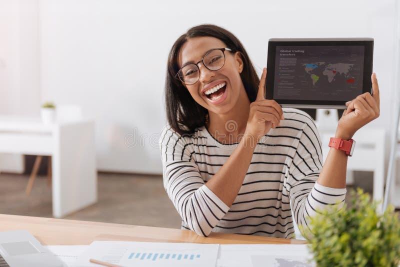 Mulher esperta alegre que mostra seu trabalho a você fotos de stock royalty free