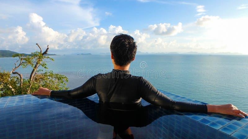 Mulher esperta que olha o seascape largo do panorama da visão imagem de stock