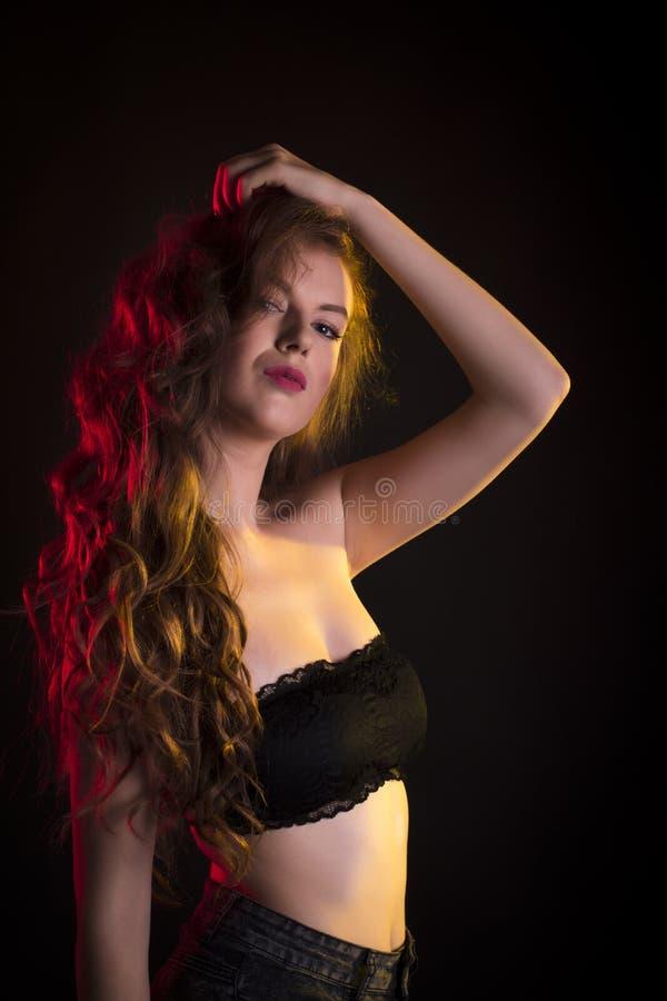 Download Mulher Esplêndida Com Cabelo Ondulado Longo Imagem de Stock - Imagem de adulto, modelo: 80100499