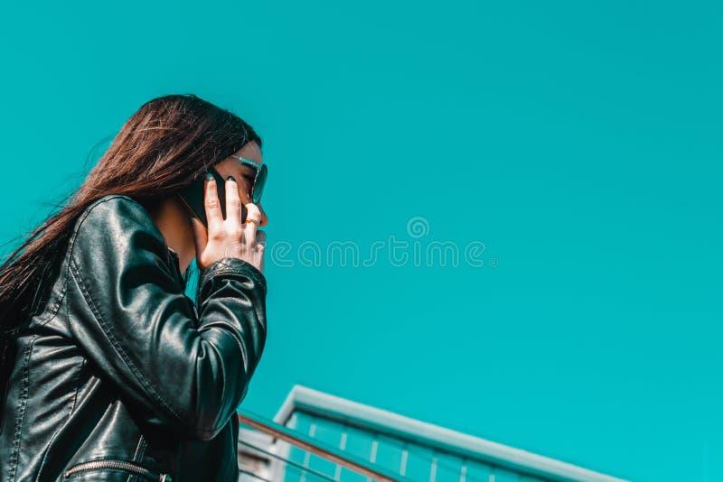 Mulher espontânea atrativa que fala no telefone foto de stock royalty free