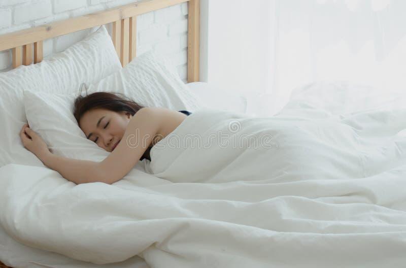 A mulher está descansando na noite foto de stock royalty free