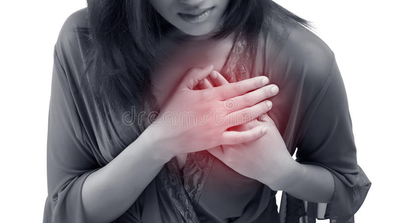 A mulher está embreando sua caixa, cardíaco de ataque possível da dor aguda imagens de stock royalty free