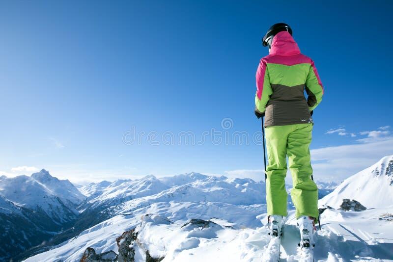 A mulher está esquiando em um winterwonderland fotografia de stock royalty free