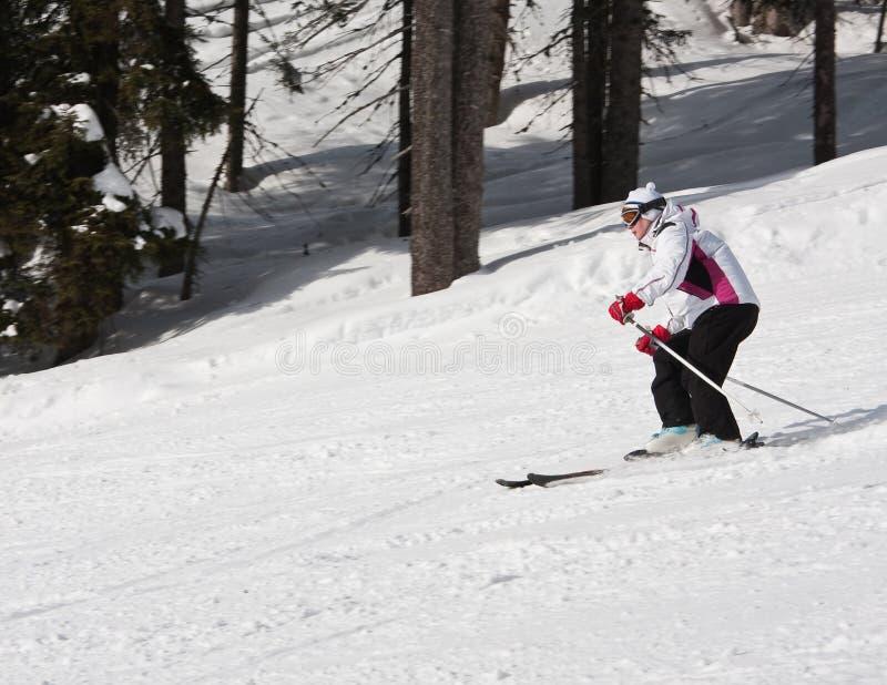 A mulher está esquiando em uma estância de esqui foto de stock royalty free