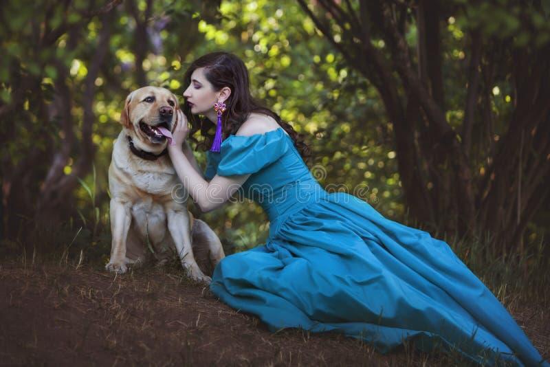 A mulher está falando a um cão grande fotografia de stock