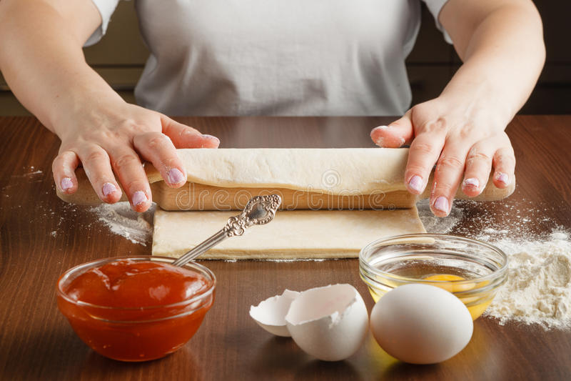A mulher está fazendo bolos na cozinha fotos de stock
