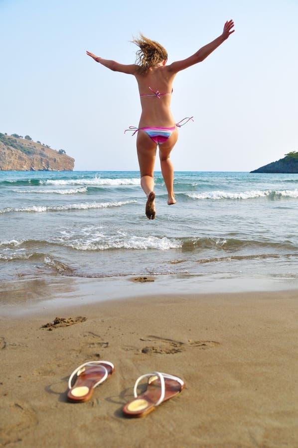 Download A Mulher Está Funcionando Ao Mar Imagem de Stock - Imagem de ativo, costa: 16867817