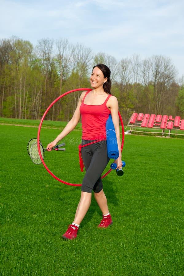 A mulher está indo tomar exercícios, ostenta o tema foto de stock