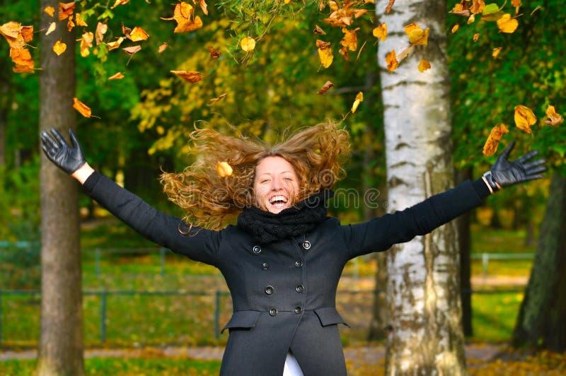 Download A Mulher Está Jogando As Folhas De Outono Imagem de Stock - Imagem de curly, bordo: 16867753