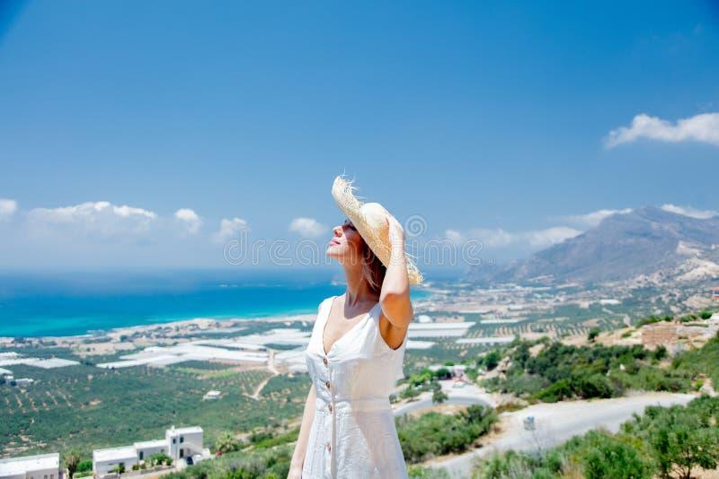 A mulher está levantando no fundo verde-oliva da costa do jardim e de mar imagens de stock royalty free