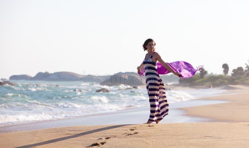 A mulher está no litoral foto de stock