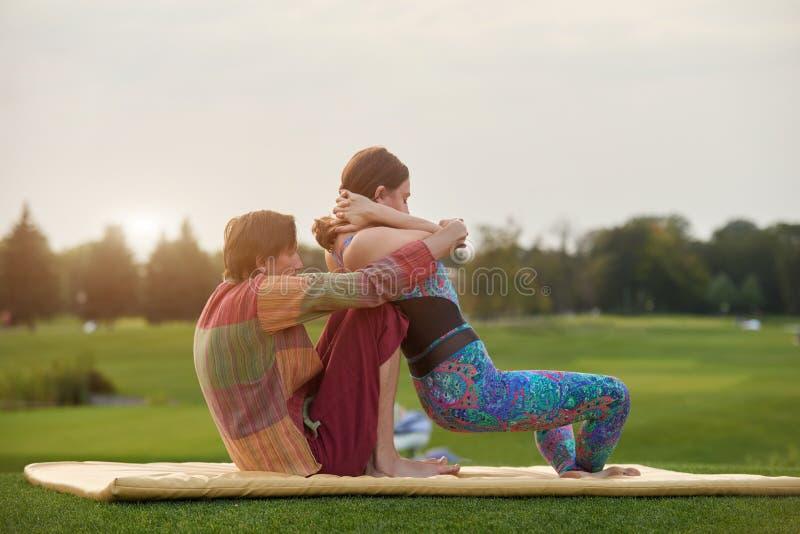 A mulher está obtendo a massagem tailandesa que estica a posição imagens de stock