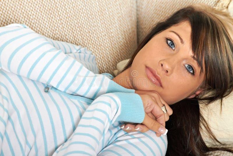 A mulher está relaxando fotografia de stock