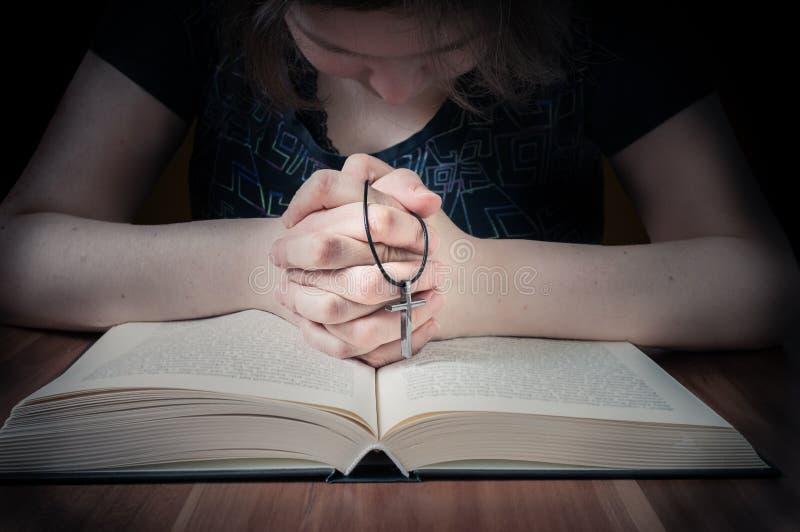 A mulher está rezando para a remissão Baixo efeito chave da foto imagens de stock royalty free